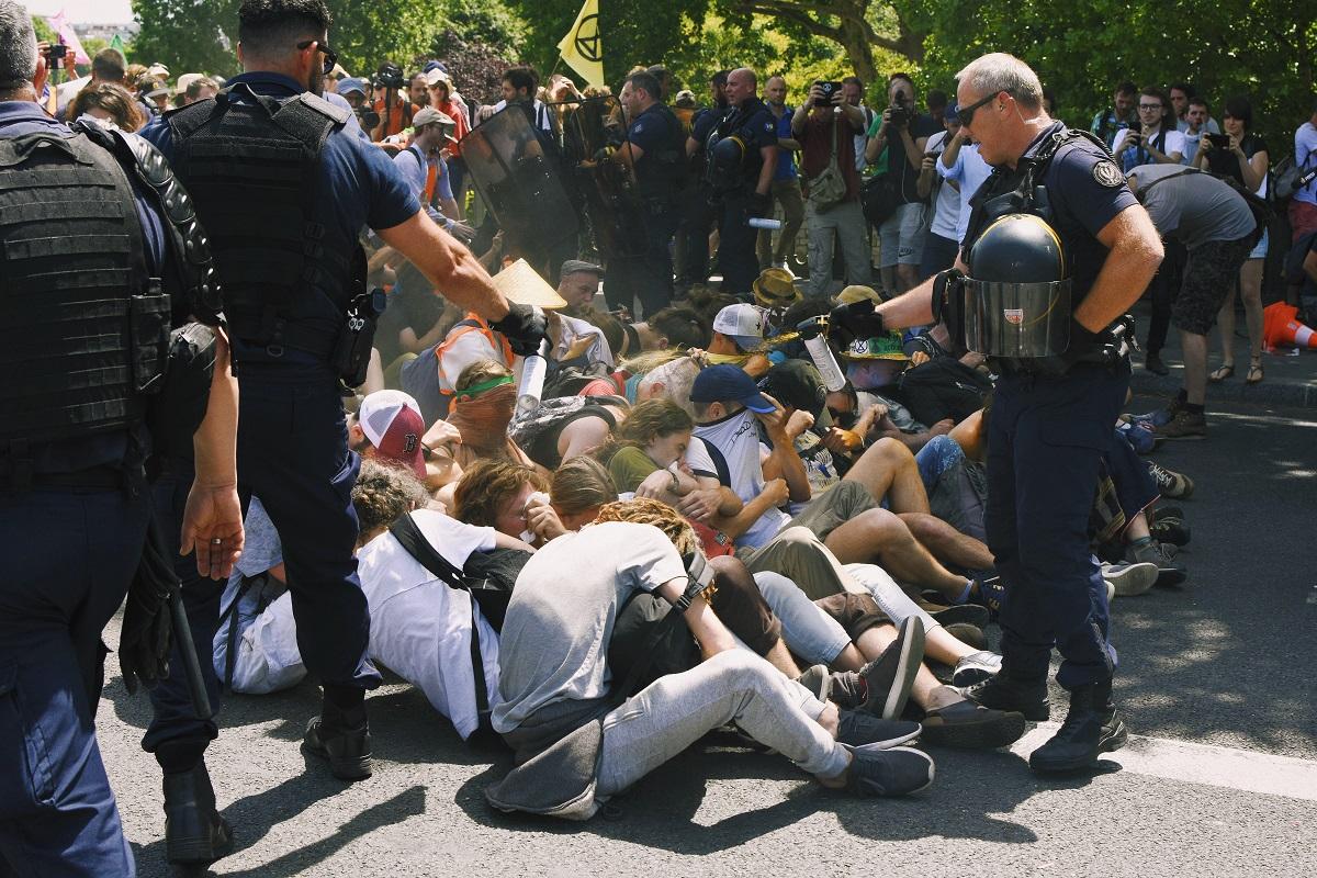 """Les <span class=""""caps"""">CRS</span> ont copieusement gazé les manifestants à hauteur de visage."""