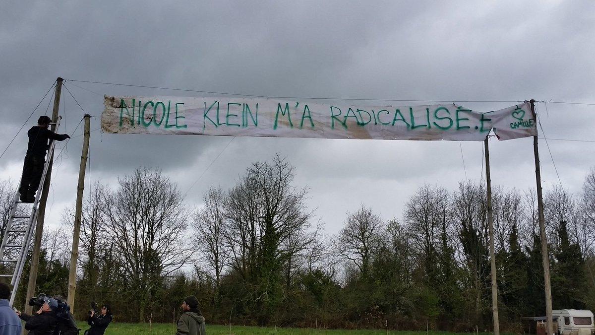 Banderole prise sur la Zad par Véronique Rebeyrotte.