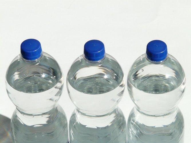 Des microplastiques dans l'eau en bouteille