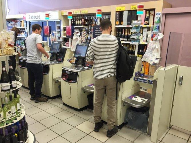 Les gens se vengent des robots en trompant les caisses sans humains des supermarchés