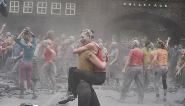 """<span class=""""caps"""">VIDEO</span> - Une magnifique performance à Hambourg sur la sortie du capitalisme et de l'individualisme"""