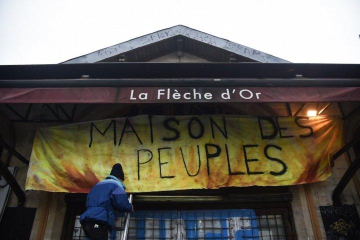 """La Maison des peuples ouverte à Paris <span class=""""caps"""">XX</span><sup class=""""typo_exposants"""">e</sup> a été évacuée par la police"""