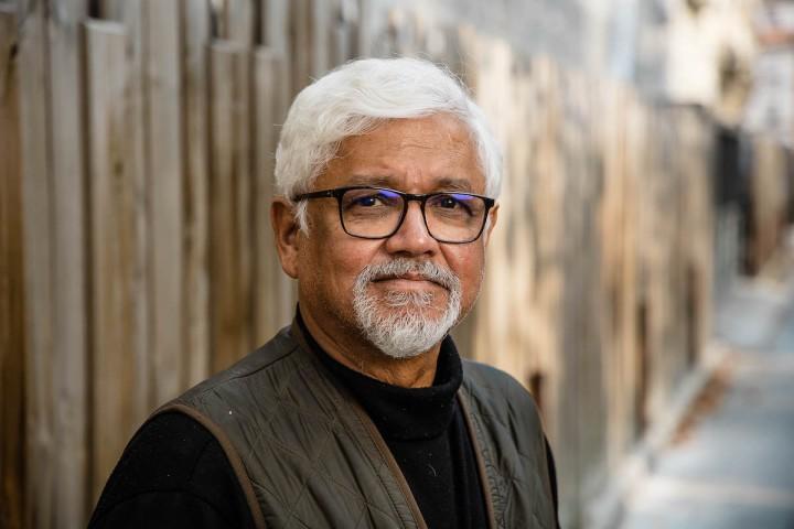 """Amitav Ghosh: «<small class=""""fine d-inline""""></small>Le monde se prépare aux changements climatiques en préparant la guerre<small class=""""fine d-inline""""></small>»"""
