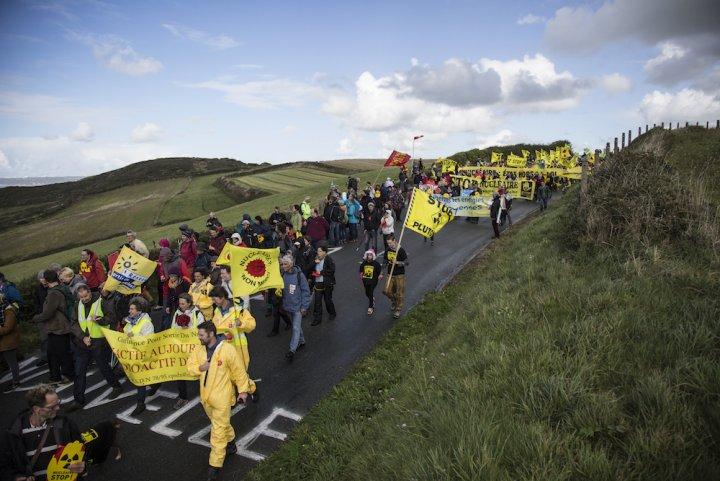 """Plusieurs milliers de personnes ont défilé contre l'<span class=""""caps"""">EPR</span> de Flamanville"""