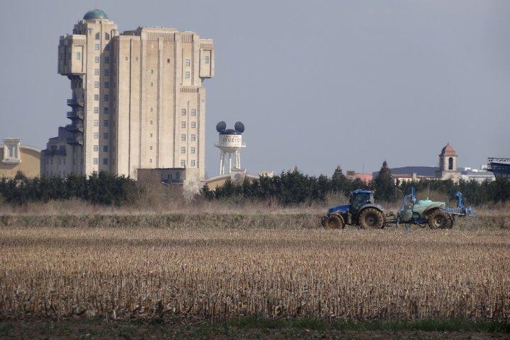 """Macron et Disney vont bétonner des terres agricoles mais… chut<small class=""""fine""""></small>!"""
