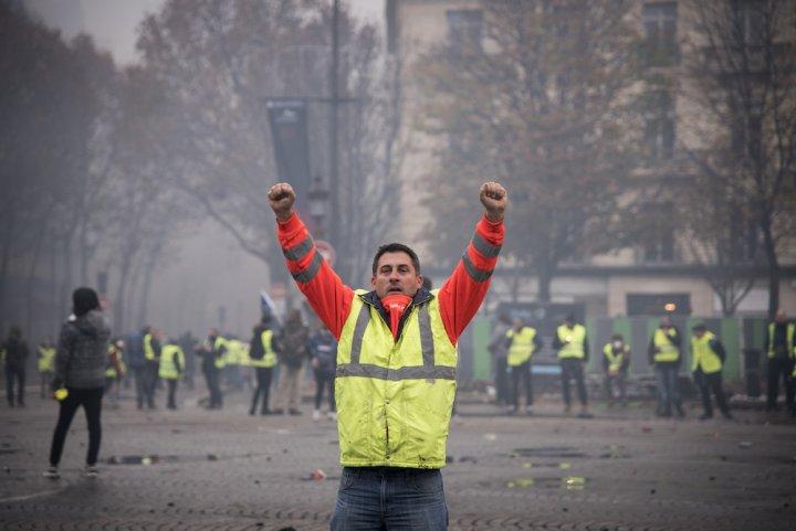 """Les Gilets jaunes sur les Champs-Elysées: «<small class=""""fine""""></small>Pourquoi on ne taxe pas les riches<small class=""""fine""""></small>?<small class=""""fine""""></small>»"""