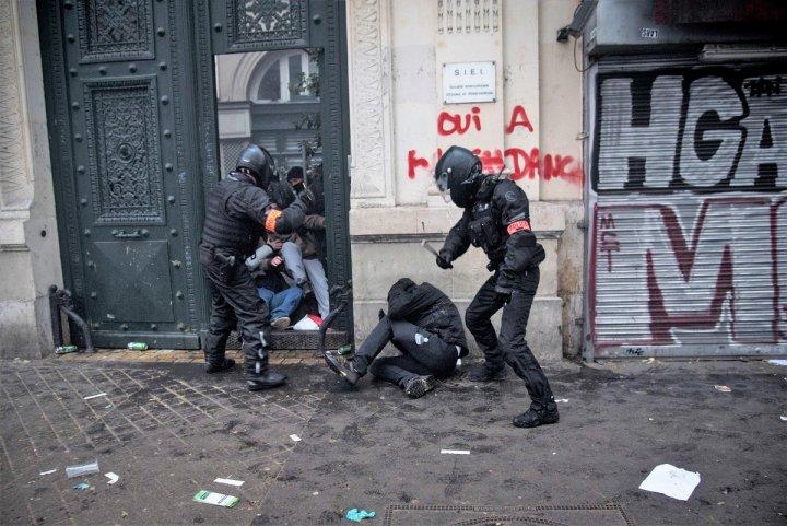 Violences policières: un homme tabassé lors de la manifestation parisienne du 5décembre