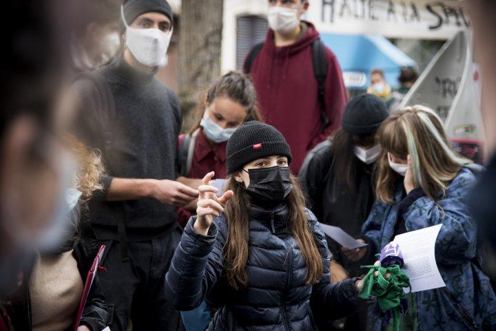 """«<small class=""""fine d-inline""""></small>Le Covid ne doit pas étouffer nos luttes<small class=""""fine d-inline""""></small>»: à Paris, des activistes écolos ont occupé une place"""