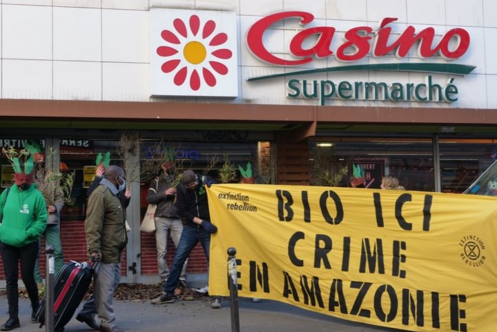 "Actions d'Extinction Rebellion contre l'«<small class=""fine d-inline""> </small>enrobage vert<small class=""fine d-inline""> </small>» du groupe Casino"