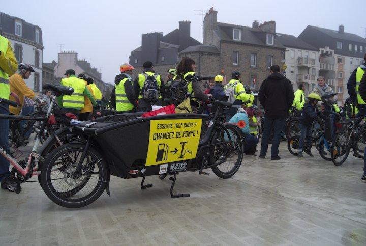 """Quand les gilets jaunes manifestent... à vélo<small class=""""fine""""></small>!"""