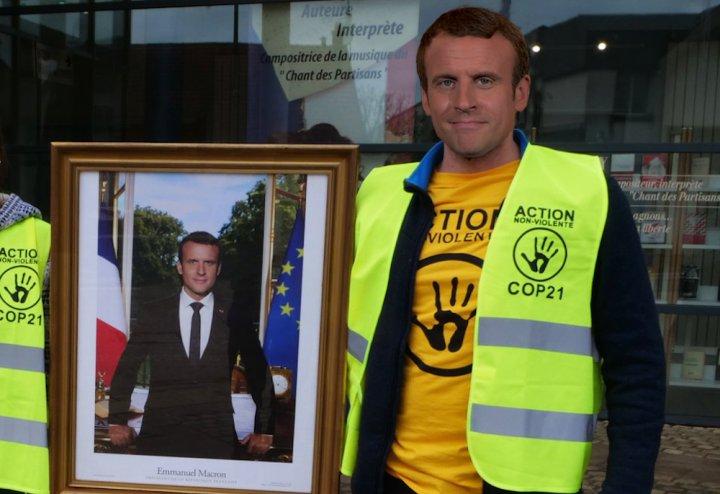 Pris de remords, Emmanuel Macron décroche son propre portrait
